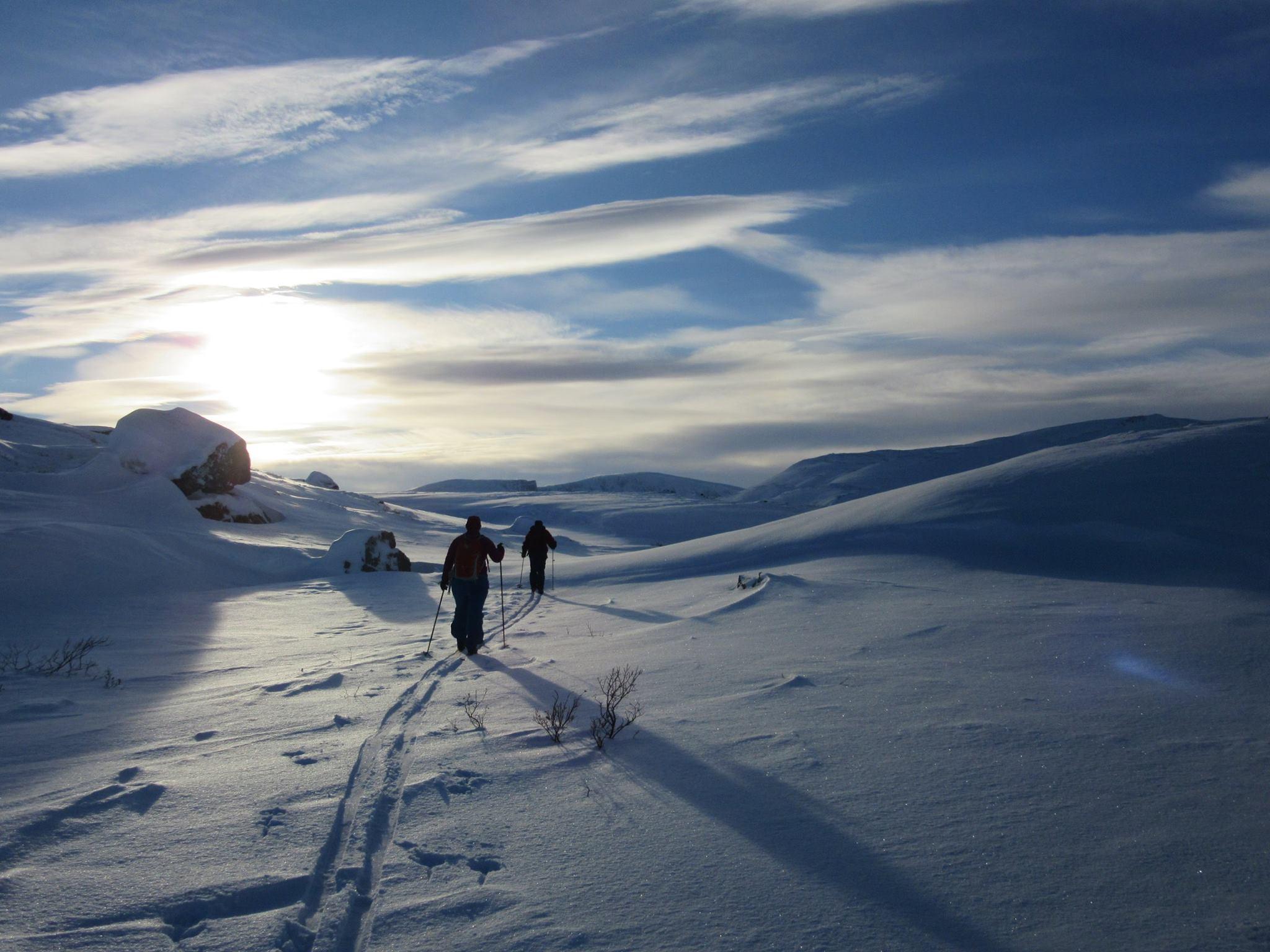 Bilde av to som går på ski i fjellet